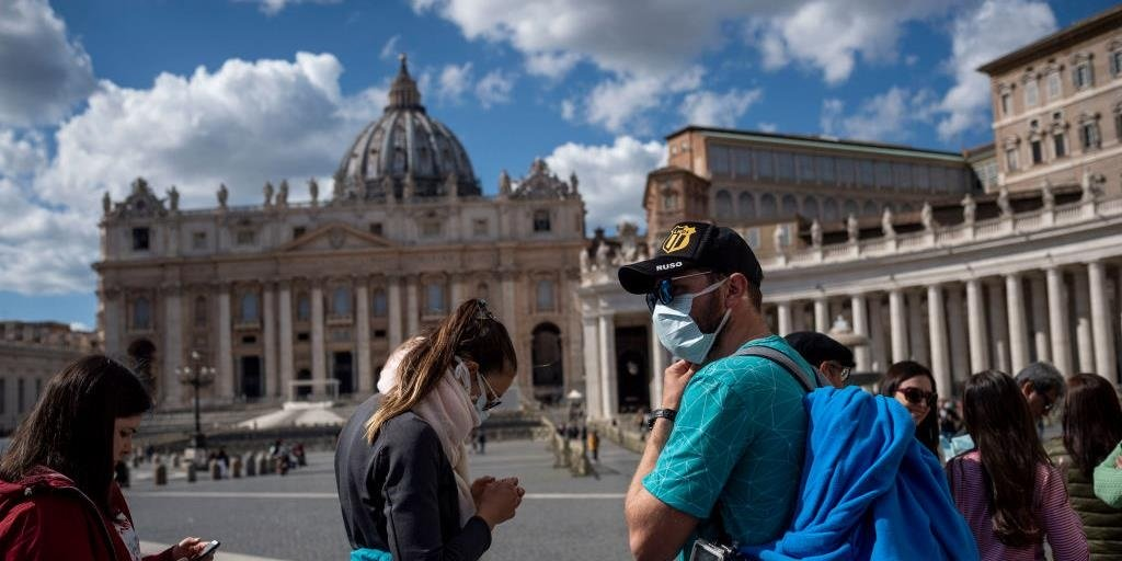 Italian clergyman in pope's residence has virus: reports